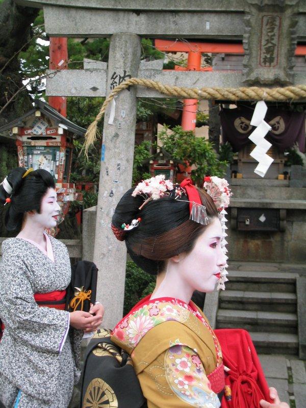 Kyoto maiko-geisha-in-training in Gion.jpg